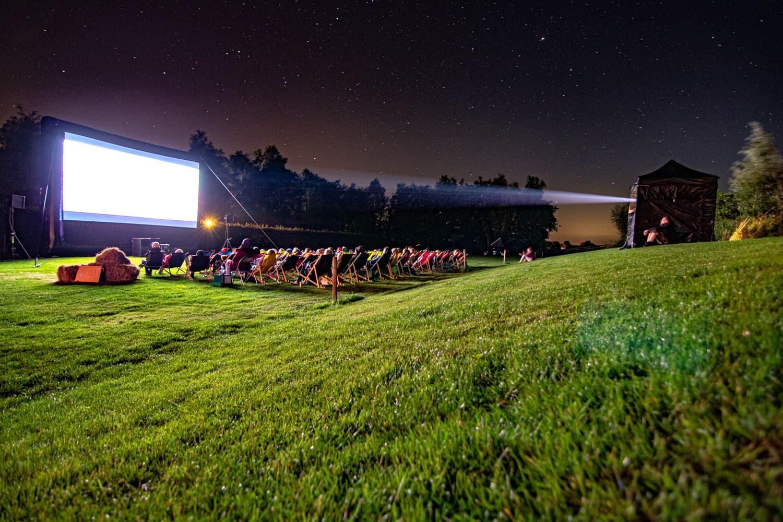 Film kijken onder de sterren op een camping aan het water