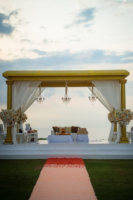 The minimalistic mandap design allowed the natural beauty of the island's beaches to shine.