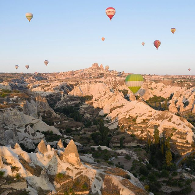 ancient cave dwellings carved out of the valley walls, eroded down to sharp sword ends, all under the shadows of endless balloons. Cappadocia provides quite the stunning mix 🎈