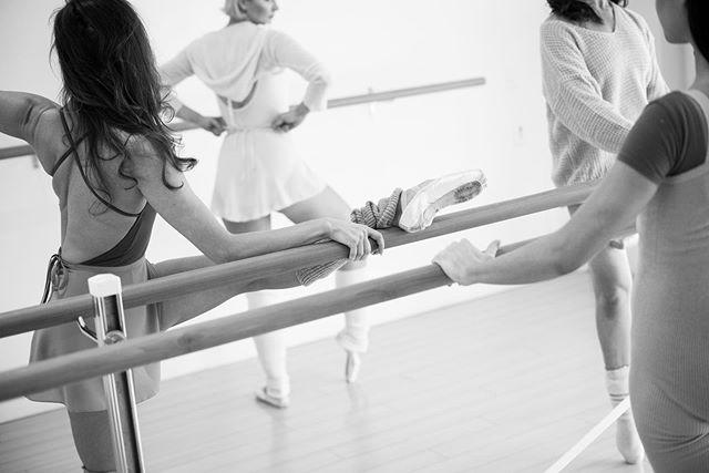 Everyone loves a candid...⠀⠀ -⠀⠀ 📸@akafotoboy⠀⠀ -⠀⠀ THURSDAY SCHEDULE⠀⠀ Ballet Burn 7:00am (w/ @jean_schroeder)⠀⠀ Ballet Sculpt 8:00am (w/ @jean_schroeder)⠀⠀ Ballet Basic 11:00am (w/ @jenny_sherry)⠀⠀ Ballet Stretch 12:00pm (w/ @jenny_sherry⠀⠀ Ballet Burn 6:00pm (w/ @jean_schroeder)⠀⠀ Ballet Stretch 7:30pm (w/ @jean_schroeder)⠀⠀ -⠀⠀ -⠀⠀ #BalletBodies #Ballet #Pointe #Candid #Love #Goals #Determined #BarreWork #ClassWork #ClassRoom #AlwaysTraining