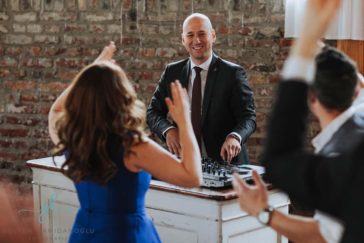 hochzeit-dj-alex-awesome-wedding-gang-wasserburg-geretzhoven-guelten-haminadoglu-02.jpg