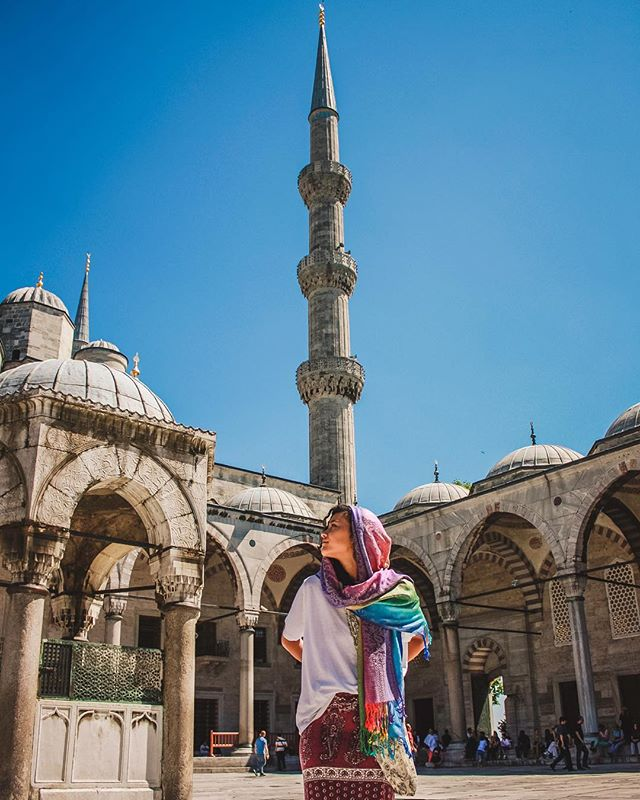 Exploring the Blue Mosque . . . . . .  #beautifuldestinations #passionpassport #istanbul#istanbulturkey#turkey#merhaba#travel#travelblogger#travelphoto#travelphotography#studya road#livetravelchannel #awesome_earthpix #worldtravel #earthfocus #stayandwander #tourtheplanet #instajodhpur #folkmagazine #agameoftones  #travelshots  #createcommune #heatercentral #travelbug #portraitvision #streetdreamsmag #passportbyforbes #nikontop