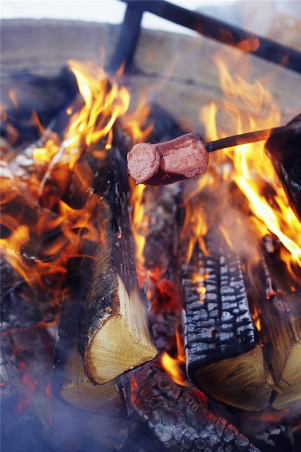 March April  I mars är vi ute i naturen varenda lediga minut. Vi gör långa skidturer på älven eller i skogen och inte minst pimplar vi.  Naturen är en outsinlig källa för upplevelser. Året om. Att göra upp eld, dricka varm choklad, äta mackor, laga mat i naturen, pausa och sola vid silvergrå lada ute på Torneälvens holmar.  Och dagen avslutas sedvanligt i gemensam sauna.   What to do