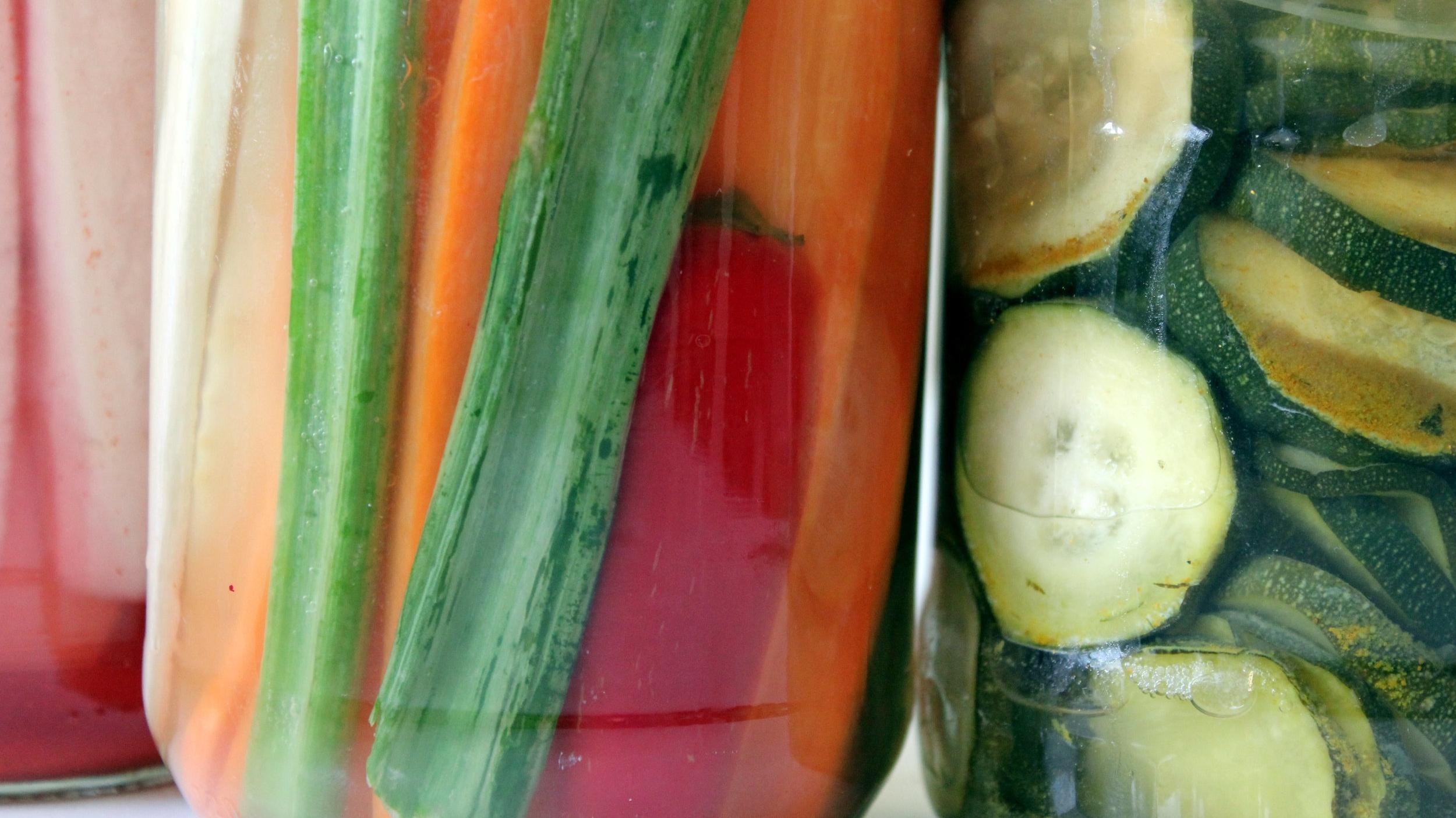 Pisana zelenjava se kisa in postaja probiotična in še bolj okusna!