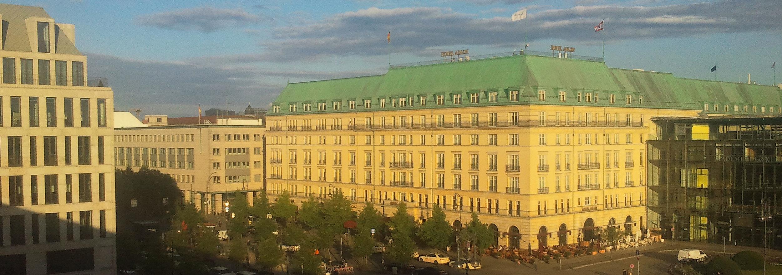 Hotel Adlon + UNTER DEN LINDEN_2014-07-02 20.07.22_OPT_Streifen 900p.jpg