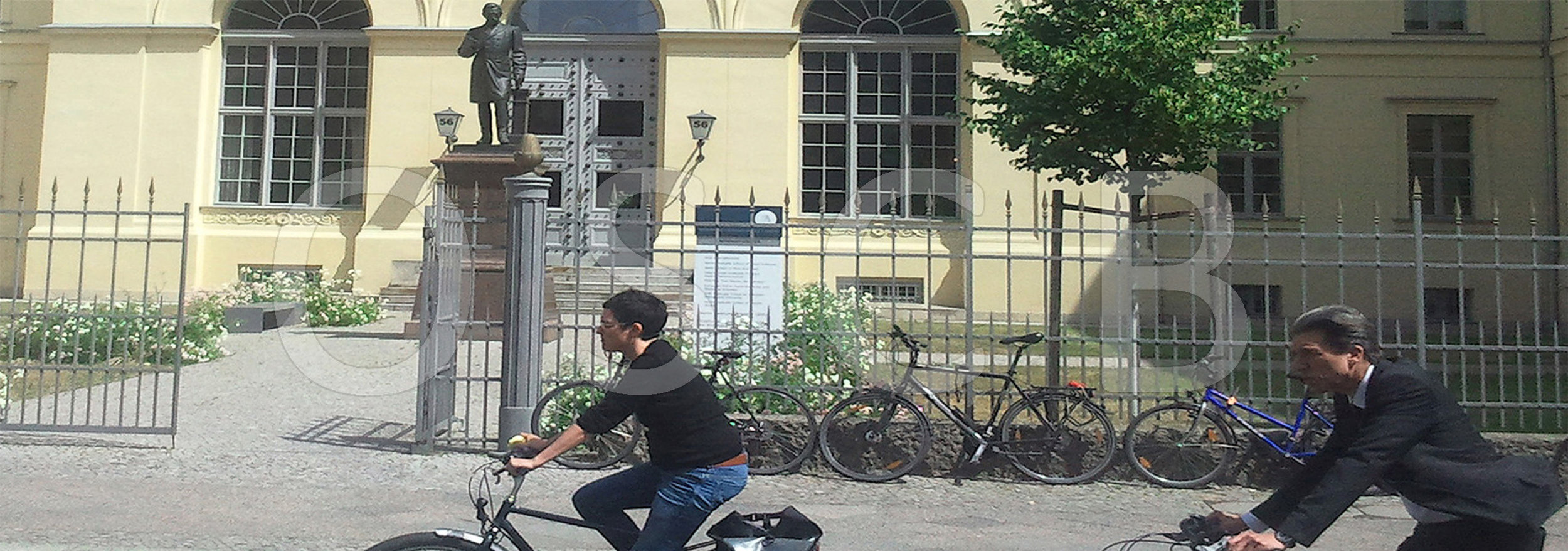 OSCB-BERLIN.org__HU Graduate School 2_OPT_2014-06-18 14_STREIFEN 900p hoch mit Fahrrädern + OSCB.jpg