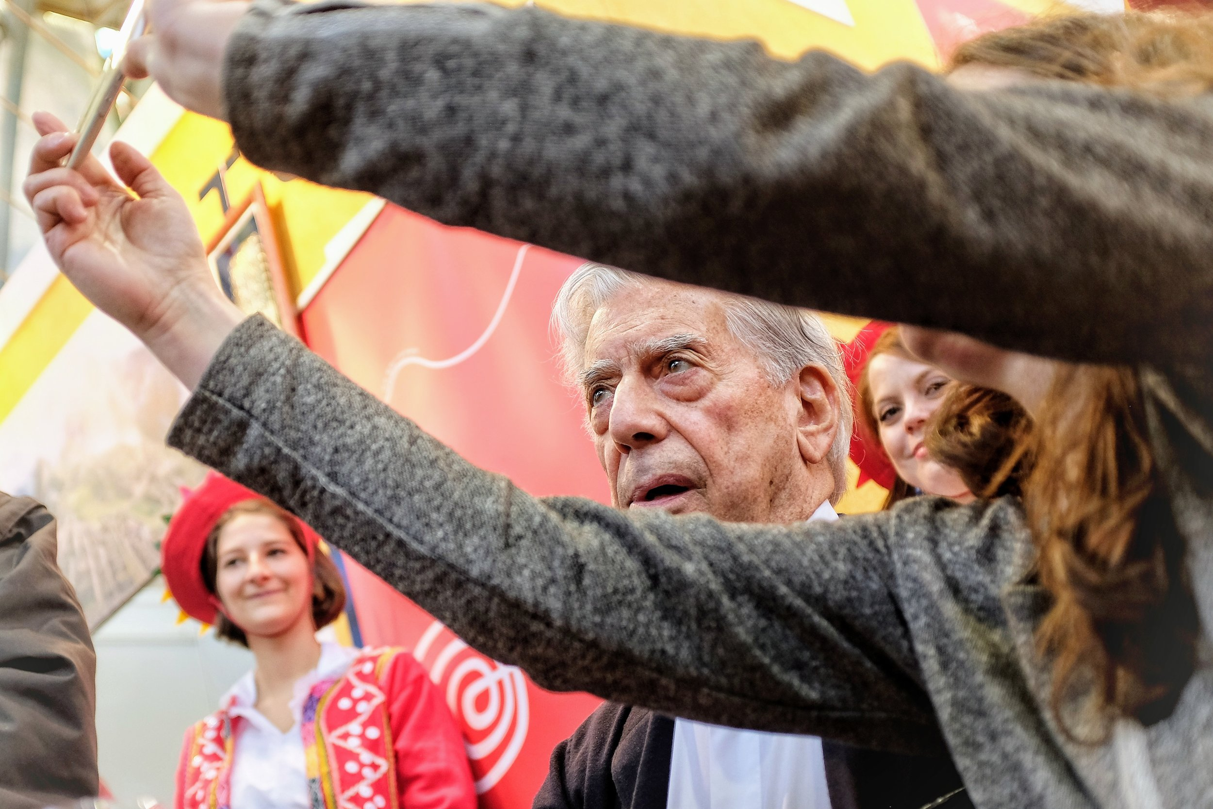 Mario Vargas Llosa poses for a selfie with a Czech reader