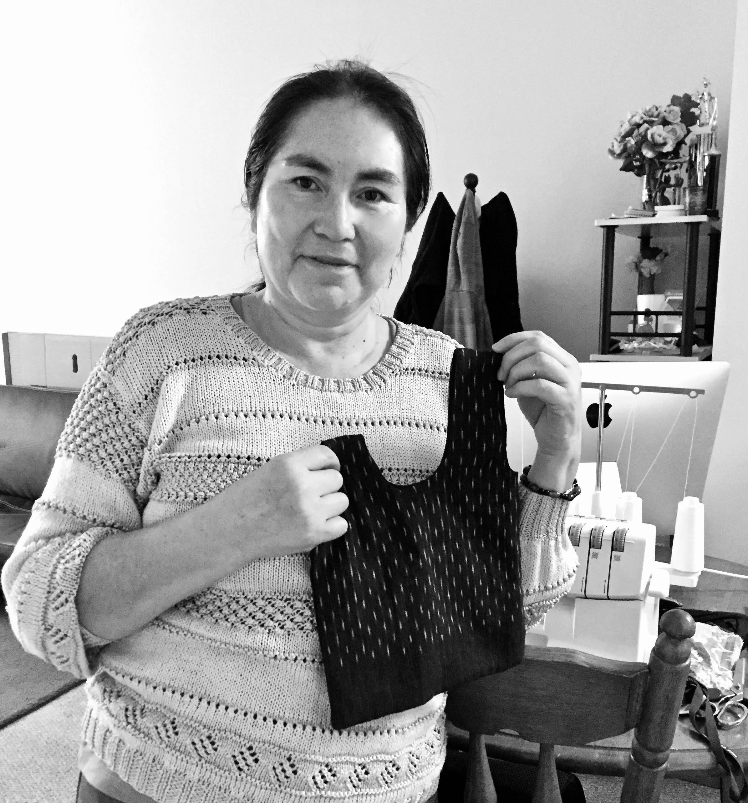 Janneth with a finished knotbag pouch, in the rain pattern.