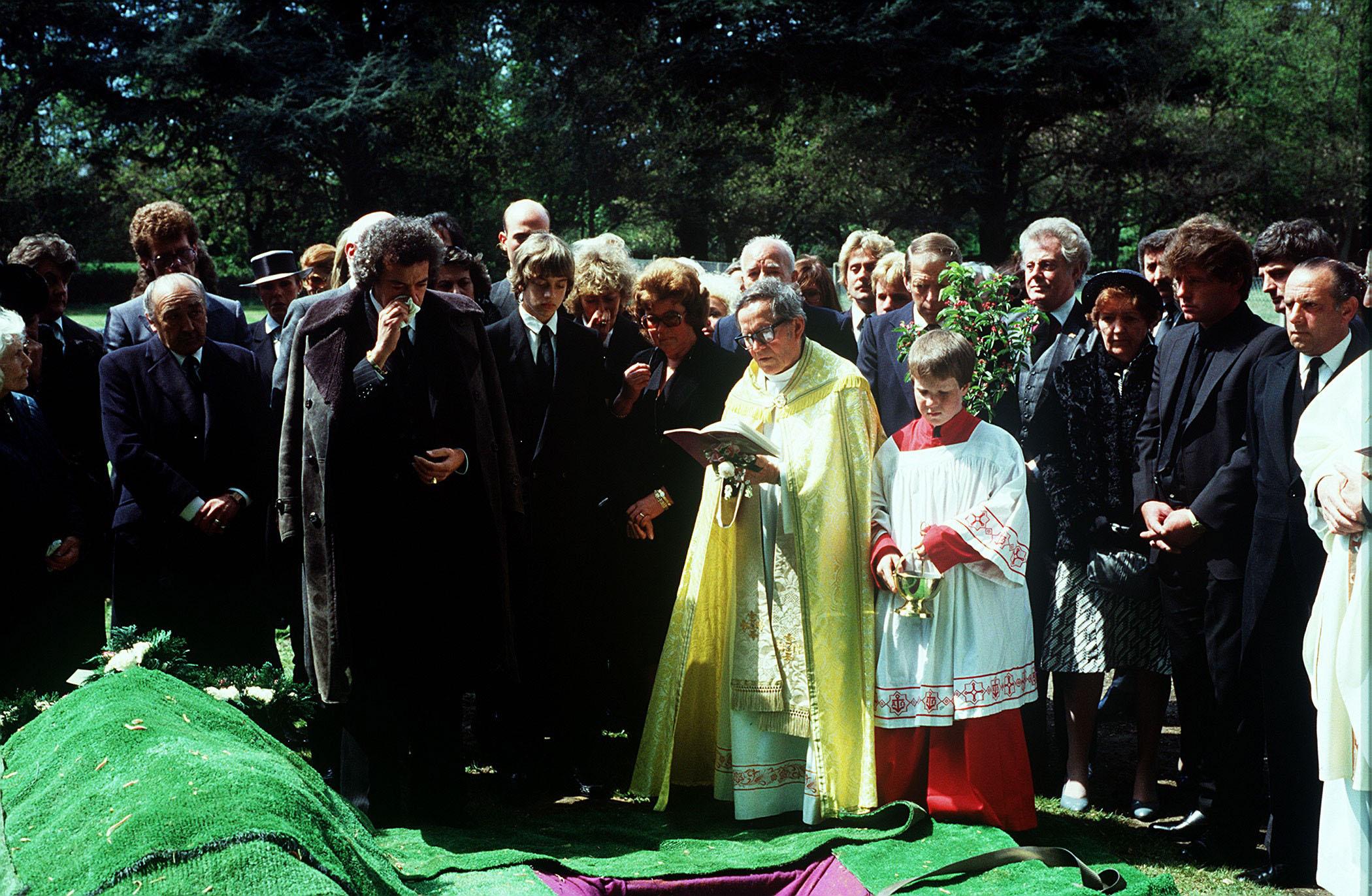 diana-dors-funeral.jpg