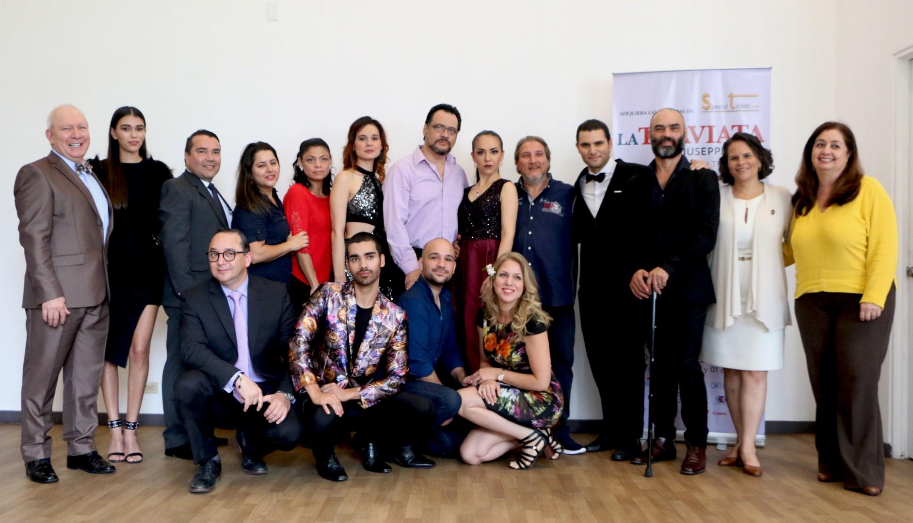"""Elenco de """"La traviata"""", junto a los directores de la CLN, CNM, TPMS y la ministra de Cultura y Juventud, Sylvie Durán."""
