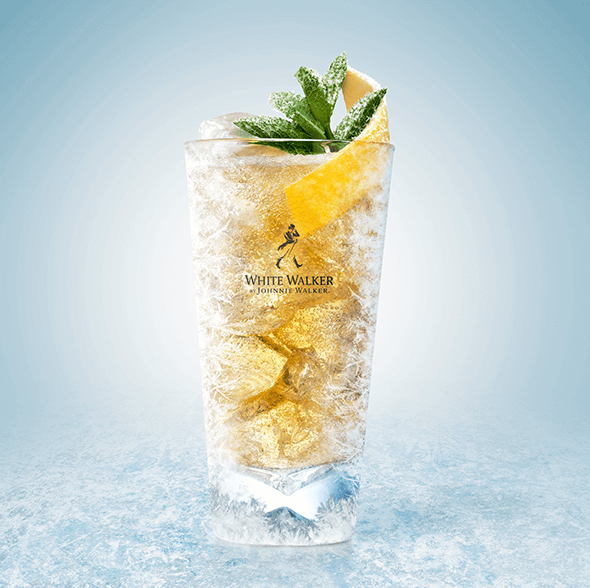 White Walker Highball   ∙ Congele el vaso en el congelador  ∙ Agregue suficiente hielo al vaso tipo highball  ∙ Añada 50 ml de White Walker de Johnnie Walker  ∙ Añada 150 ml de soda  ∙ Decore con menta fresca y un toque de limón