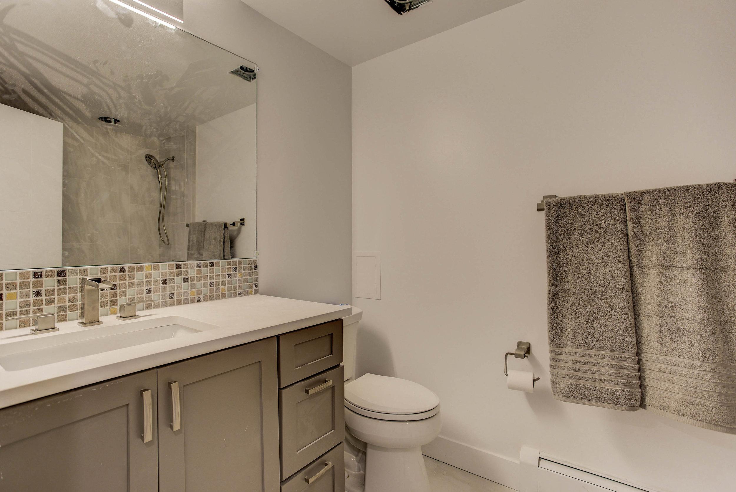 2250 Vassar Dr_Bathroom03.jpg