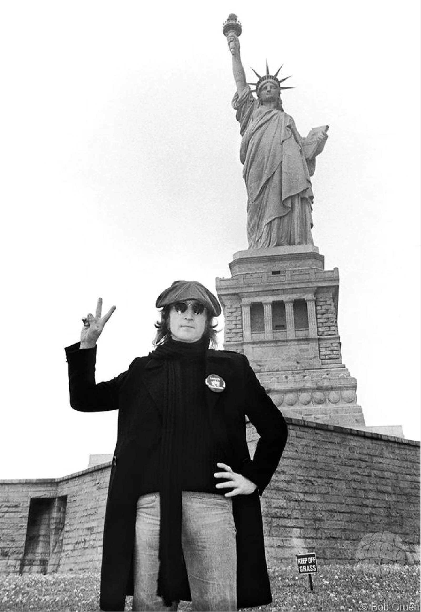 bob gruen_john lennon estatue of liberty.jpg