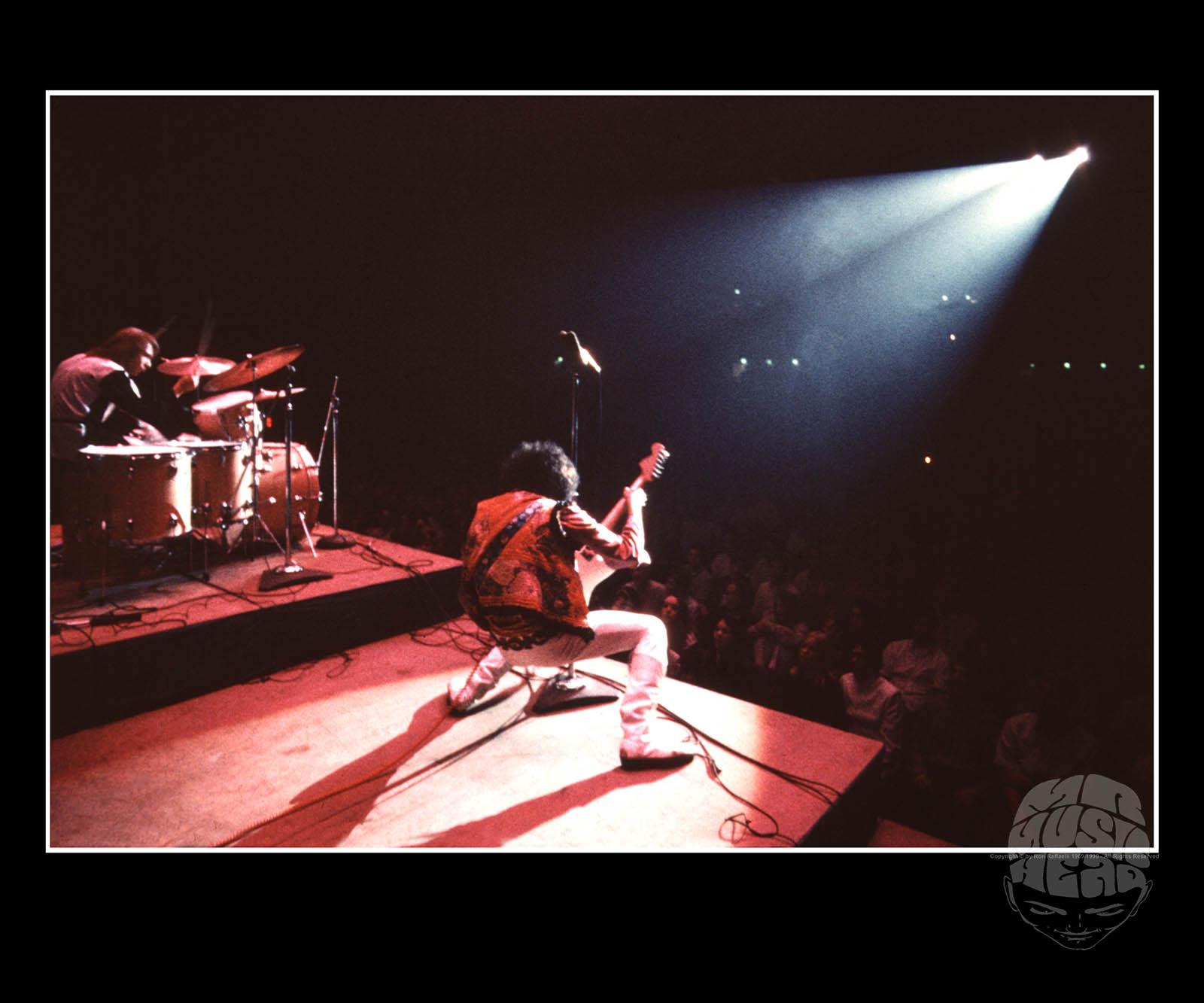 ron raffaelli_Jimi Hendrix_live.jpg