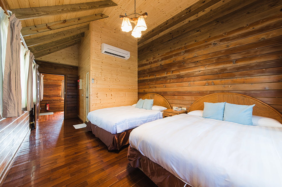 Shared Cabin for 4$7,500 per personShared beds$8,500 pp after March 10 - This Package includes:2 nights cabin with 2 private beds4 Oceansound Yoga Festival passes4 Spring Scream music festival passesBreakfast buffetPool and spa access$30,200 - Total package price$34,200 - After March 10To reserve this package use the form below***4人別墅***$7,500/每人費用包含:2晚住宿, 2張大床4張海沁瑜伽節免費通行票4張春天吶喊音樂節免費通行票自助式早餐免費使用戶外游泳池、SPA水療池(總金額$30,200, 預定時請支付全額費用)預購訂票請填妥下列表單