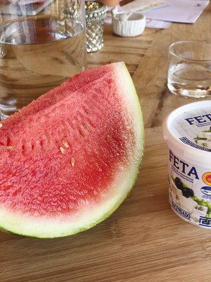 3. Step - Die Wassermelone in mundgerechte Stückchen schneiden. Darauf achten, dass nicht zu viel des Melonenwassers mit in die Schüssel gelangt. Ich schneide sie auf einem Brett und giesse das zu viele Wasser dann ab, bevor ich die Melone mit dem Rest vermische.