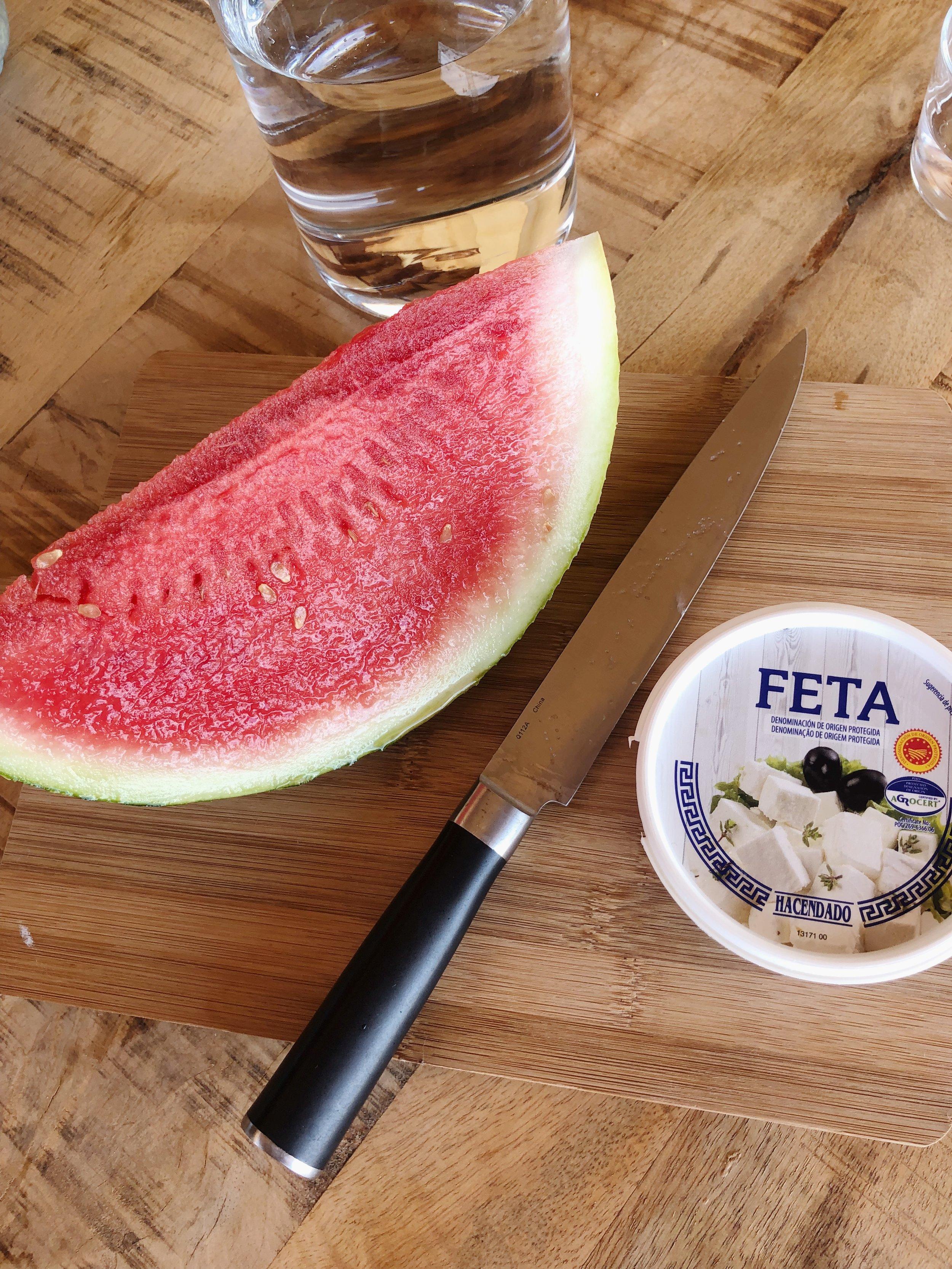 4. Step - Den Feta in kleine Stücke schneiden und zum Salat geben. Die gewaschene Pfefferminze in kleine Stücke schneiden und unter die restlichen Zutaten mischen. Zwei bis drei schöne Blätter für die Deko aufbewahren.