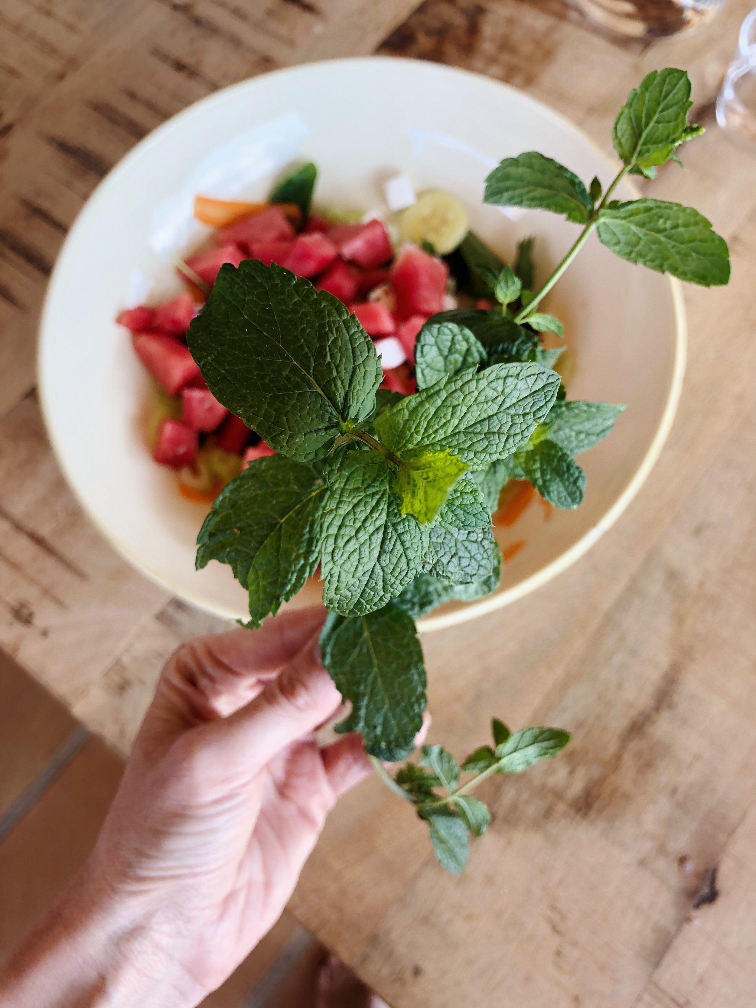 6. Step - Den reduzierten Aceto ein bisschen akühlen lassen und dann über den Salat verteilen. Wenn gewünscht, den Salat mit Salz (wenig) und Pfeffer abschmecken und mit den Pfefferminzblättern garnieren.