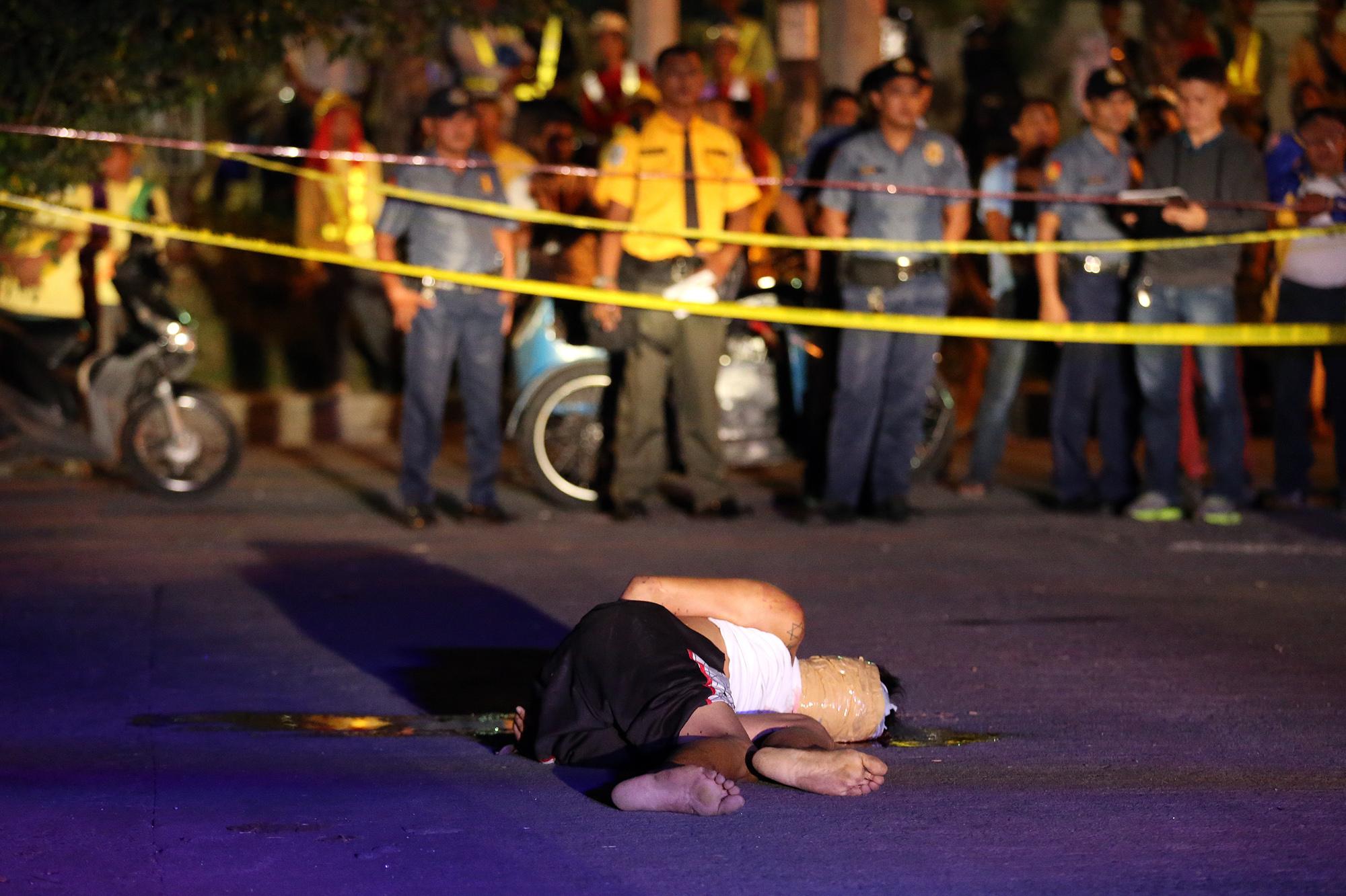 A victim of summary execution is dumped at Liwayway St., Barangay Olympia, Makati on November 8, 2016.