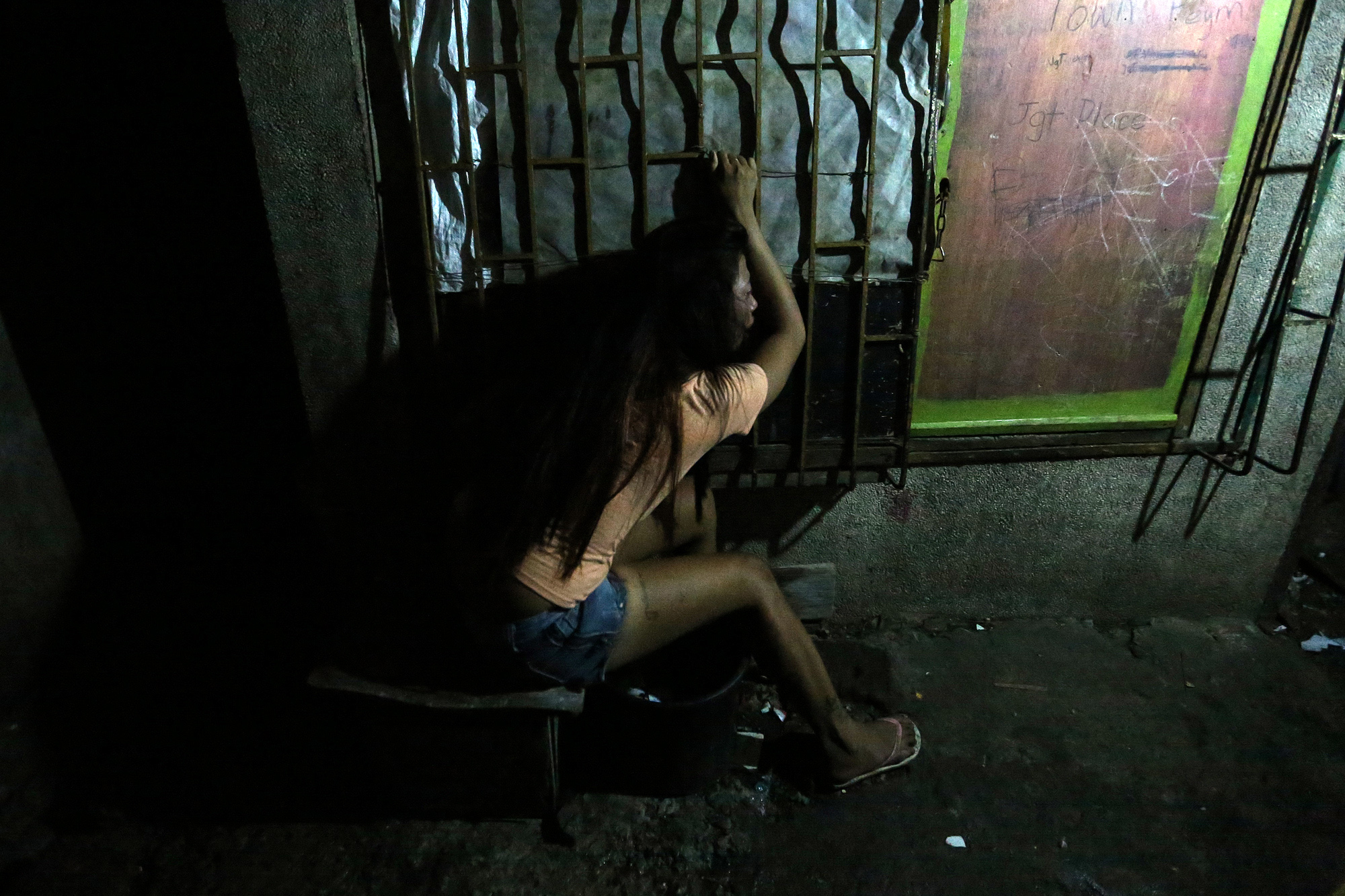An inconsolable Jessica Derder grieves over the death of her closest brother Jay-R, who was shot and killed by police in an alleged drug buy-bust operation in Lapu-Lapu Street, Barangay Northbay Boulevard South, Navotas City on November 7, 2016.