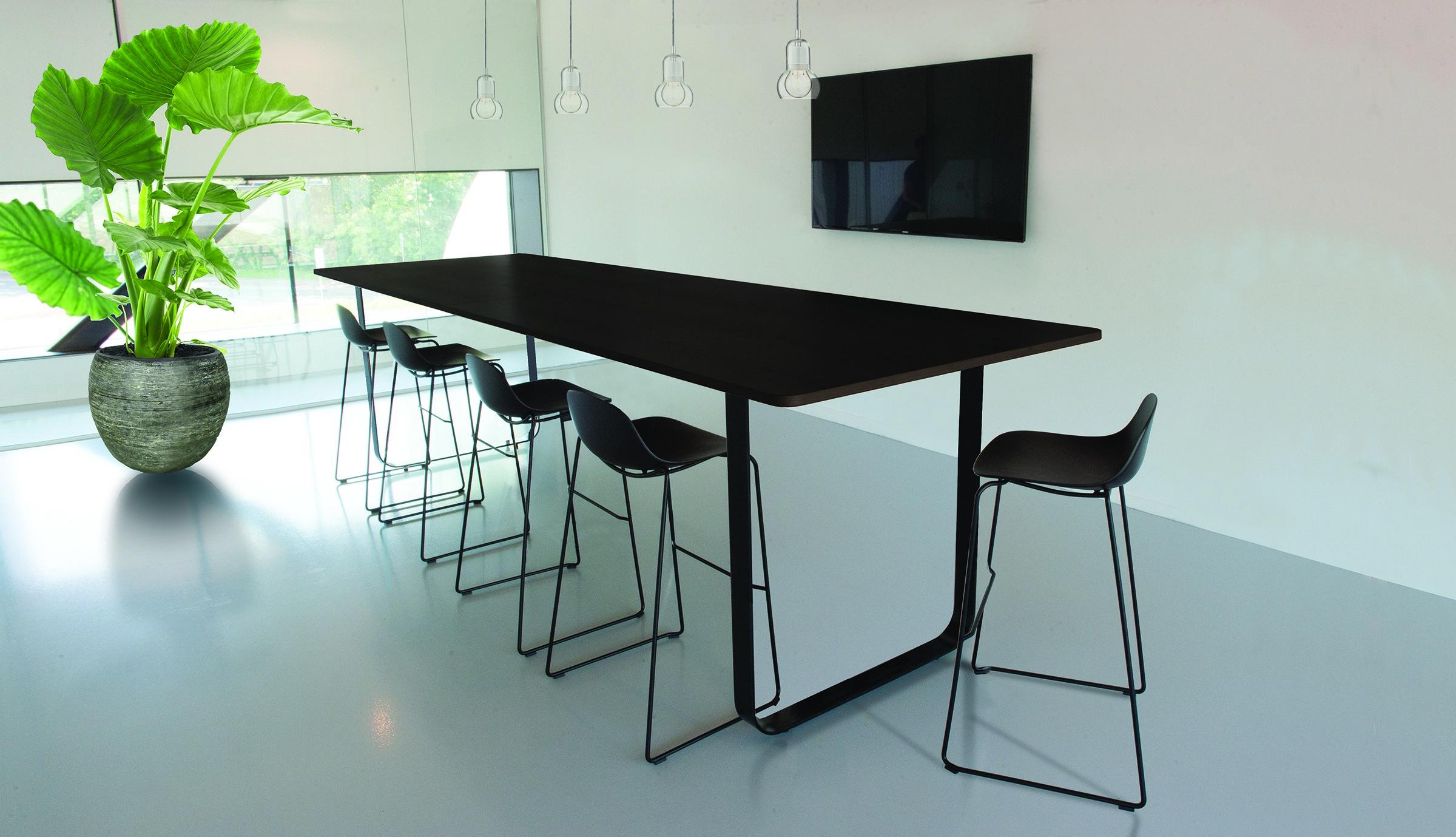hoge zwarte vergadertafel LOW RES.jpg