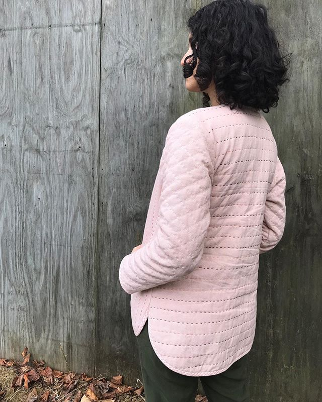 I forgot to show the back of my #tamarackjacket I used 3 different colors of thread, mostly because of bad planning, but it all worked out beautifully, because why fret. As much as I love seeing all the put together/minimalistic projects people make, I also need to be true to that voice inside that keeps me wanting something more, something different. And that voice reminds me often that I am not that person I admire on Instagram with the prettiest feed, but I'm this person, who is okay with showing my face with no makeup and messy hair, and if we were all the same the world would be pretty boring. @grainlinestudio #memade #slowfashion