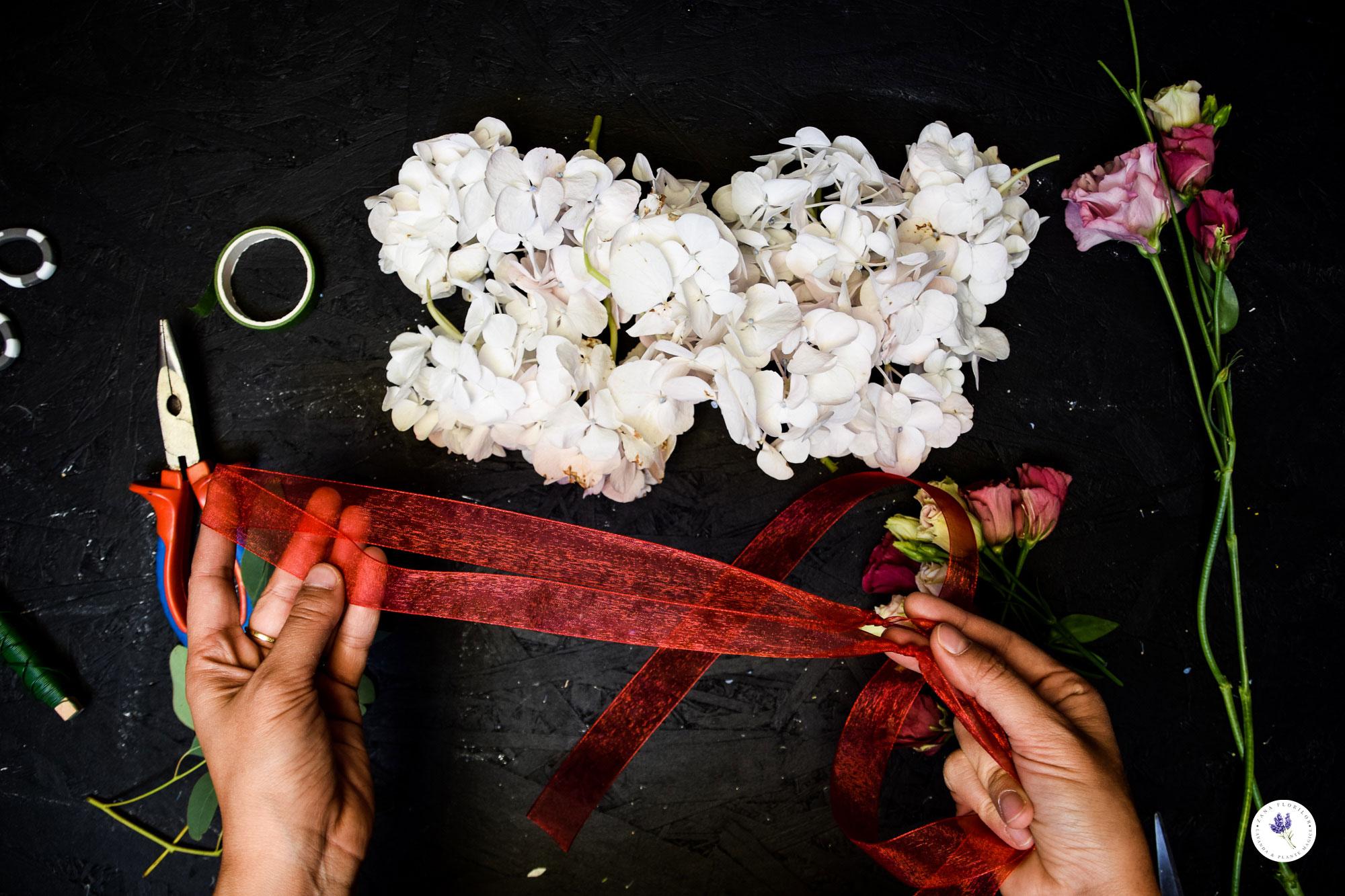 How to Make a DIY Flower Crown in 3 Easy Steps - Handmade Tutorial for Creative People #flowers #diy #tutorial #diytutorial #flowercrown #flowerwreath