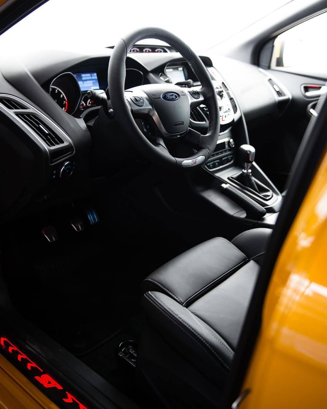 Control-center.   #ford #focus #st #focusst #yellooooow #dailydriver #instacar #carsofinsta #heldth #hammerfettbombekrass