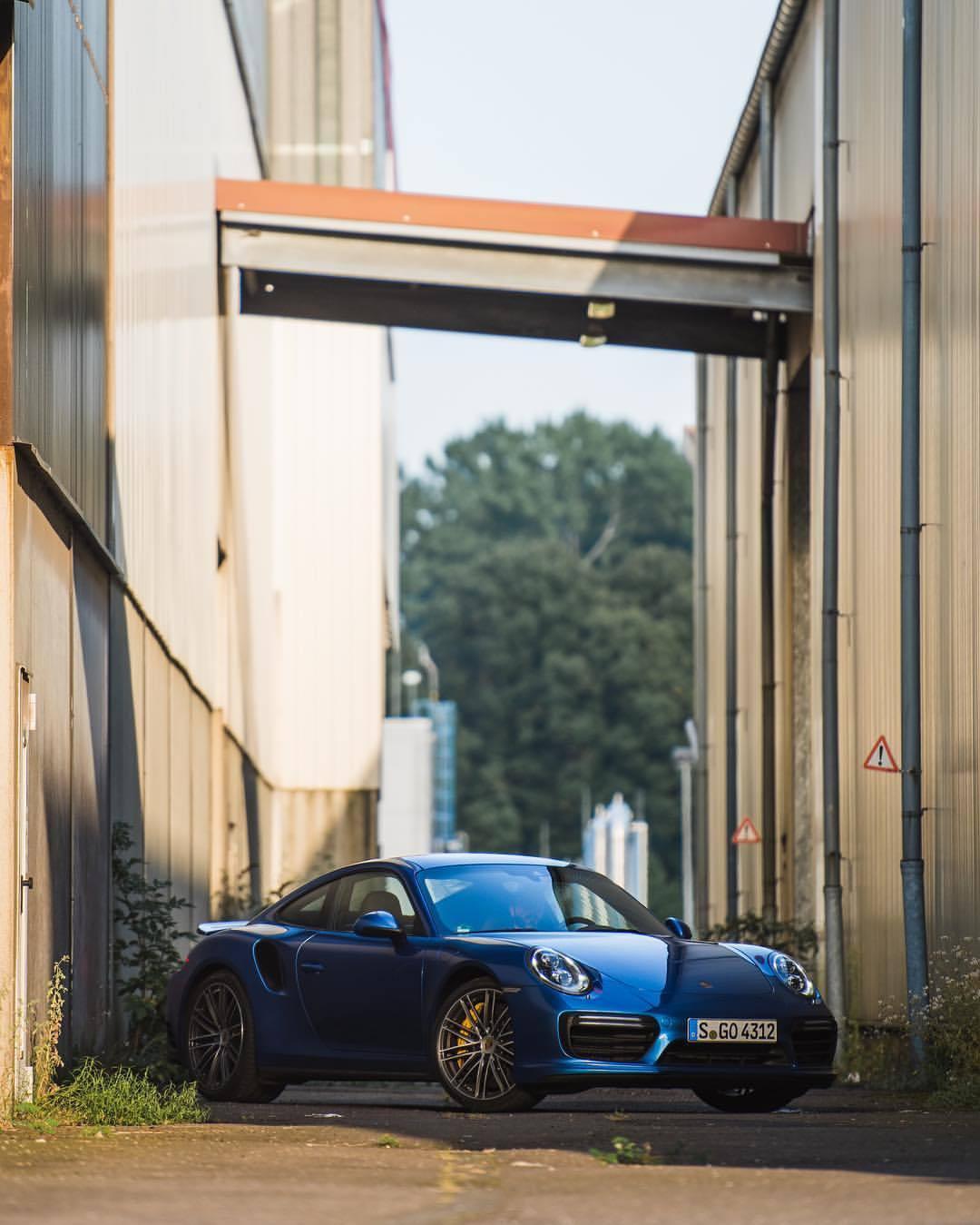 Turbo.   with @heldth   #porsche #911turbo #porsche911 #911 #blue #🚙💨 #legendsneverdie #carsofinstagram #instacar #🔥 #💪🏽 (at Cologne, Germany)