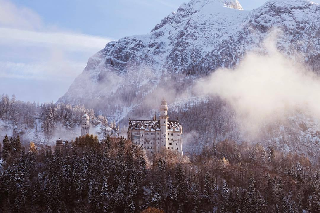 Schloss Neuschwanstein.   #traveldiaries #neuschwanstein #bavaria #winteriscoming #mointains #beautifulsky #castle #snow #ludwigII #richardwagner (at Schloss Neuschwanstein)