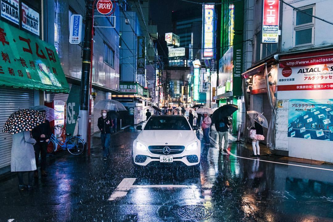 Slowly making its way through the streets, looking for prey.  .  Precision Driver @geiger7609  .  #mercedesbenz #e63 #amg #white #thebestornothing #tokyo #akihabara #nightshots #🇯🇵 #🚗💨 #nightlights #instacars #carsofinstagram #traveldiaries #travel #nikond850 #nikon #nikkor #rain #rainynights  (at Akihabara)