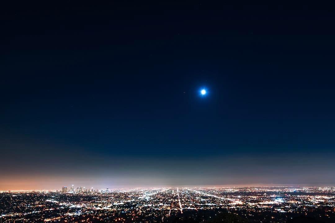 LA  .  #dtla #la #losangeles #lalaland #griffithobservatory #griffithpark #lanoir #californiadreamin #cali❤️ #🇺🇸 #❤️ #👾 #nightsky #skyline #moon #stars #stars🌟  (at Griffith Observatory)