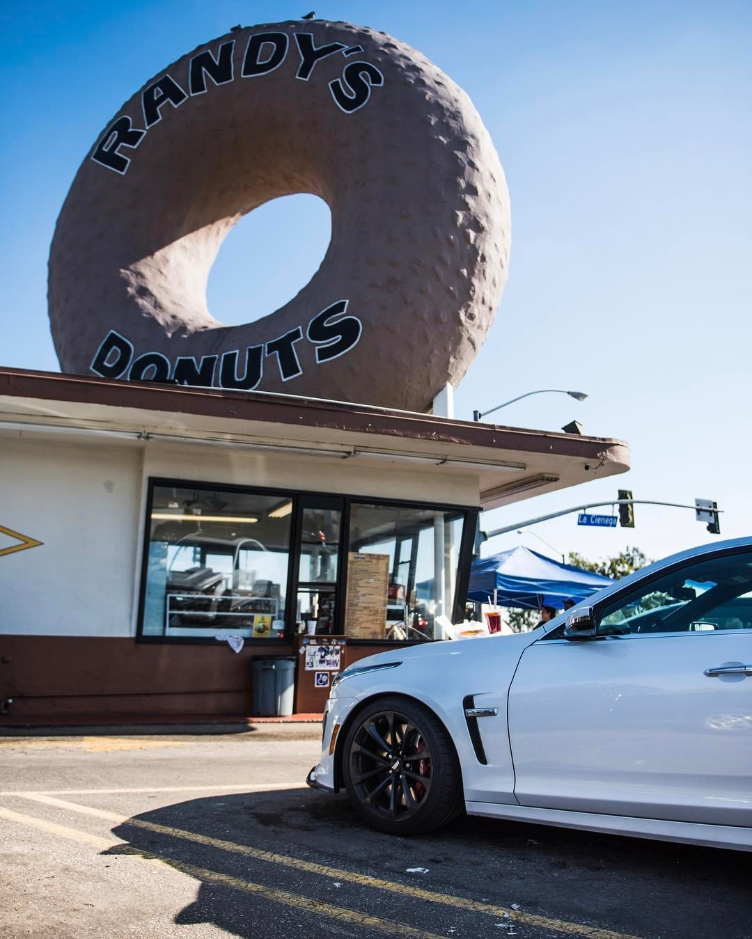 Another LA classic in the #fastfoodfastcars series for @heldth   @randysdonutsla - thanks to @cadillaceurope for this beautiful CTS-V.     #lalaland #la #losangeles #inglewood #randysdonuts #hammerfettbombekrass #foodies #automotivephotography #californiadreamin #heldthontour #donutshop #ctsv  (at Randy's Donuts)