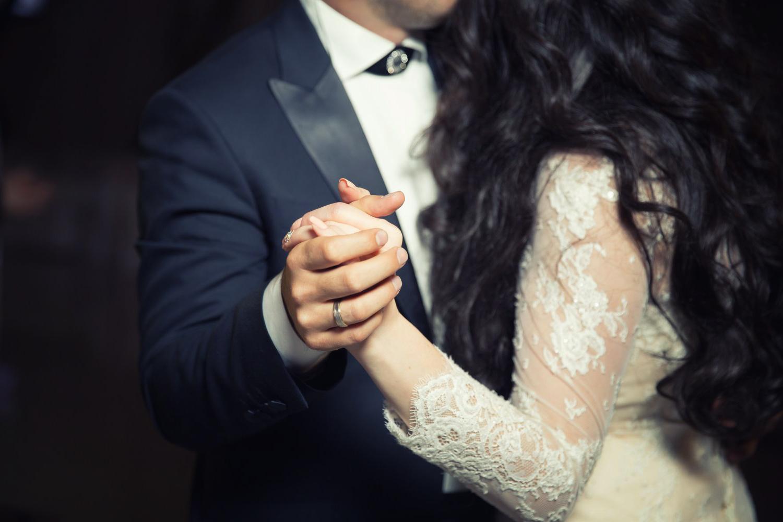 La réception - Moments de joies, de fêtes, qui viennent clôturer votre mariage. Du dîner à la danse, c'est à la fois la convivialité et la complicité que je retranscris en photo.