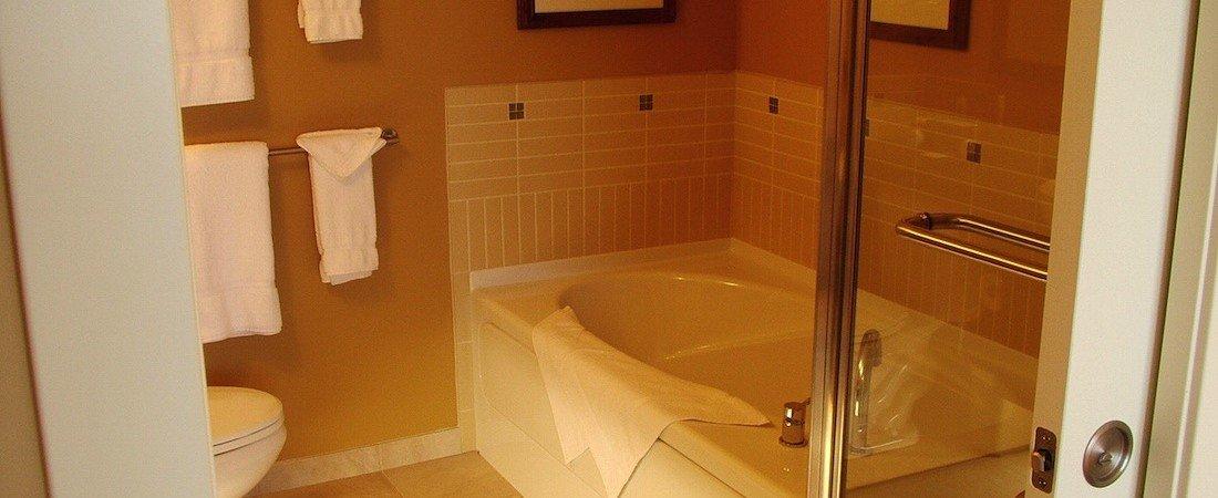 SLone_bdrm_bathroom__pano_1100_450_85auto_s_c1.jpg
