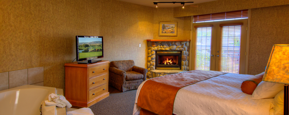 Fireplace_Jacuzzi_Suite_Penticton_Room.png