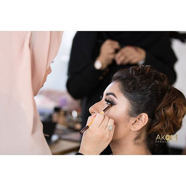 BTS shoot for @fayemakeup Bridal class 💖  Model: @ms.zahraksheikh852 Student: @wahida_monaf . . . . #lashes #contour #highlight #makeupartist #like4like #follow4follow #bridalclass #asianbridalmakeup #makeuplover #bride #bridaloutfits #londonmua #londonmakeupartist #makeupaddict #photography #londonphotographer #love #hudabeaty #fayemakeup #anatasiabrows #anastasiabeverlyhills #morphe #instastyle #models #photographer #bts #makeupph #makeupartist #makeupart #bridalmakeup #potd