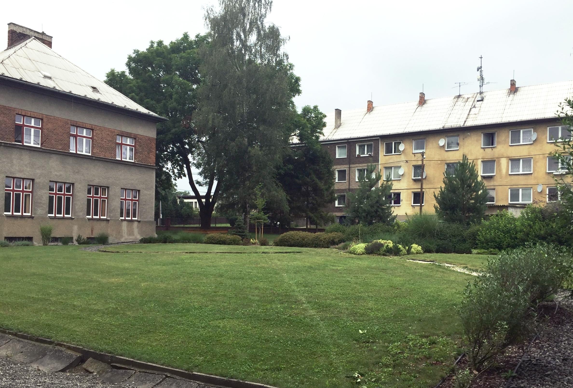 Zahrada školy má jen okrasnou část, užitková zahrada schází.