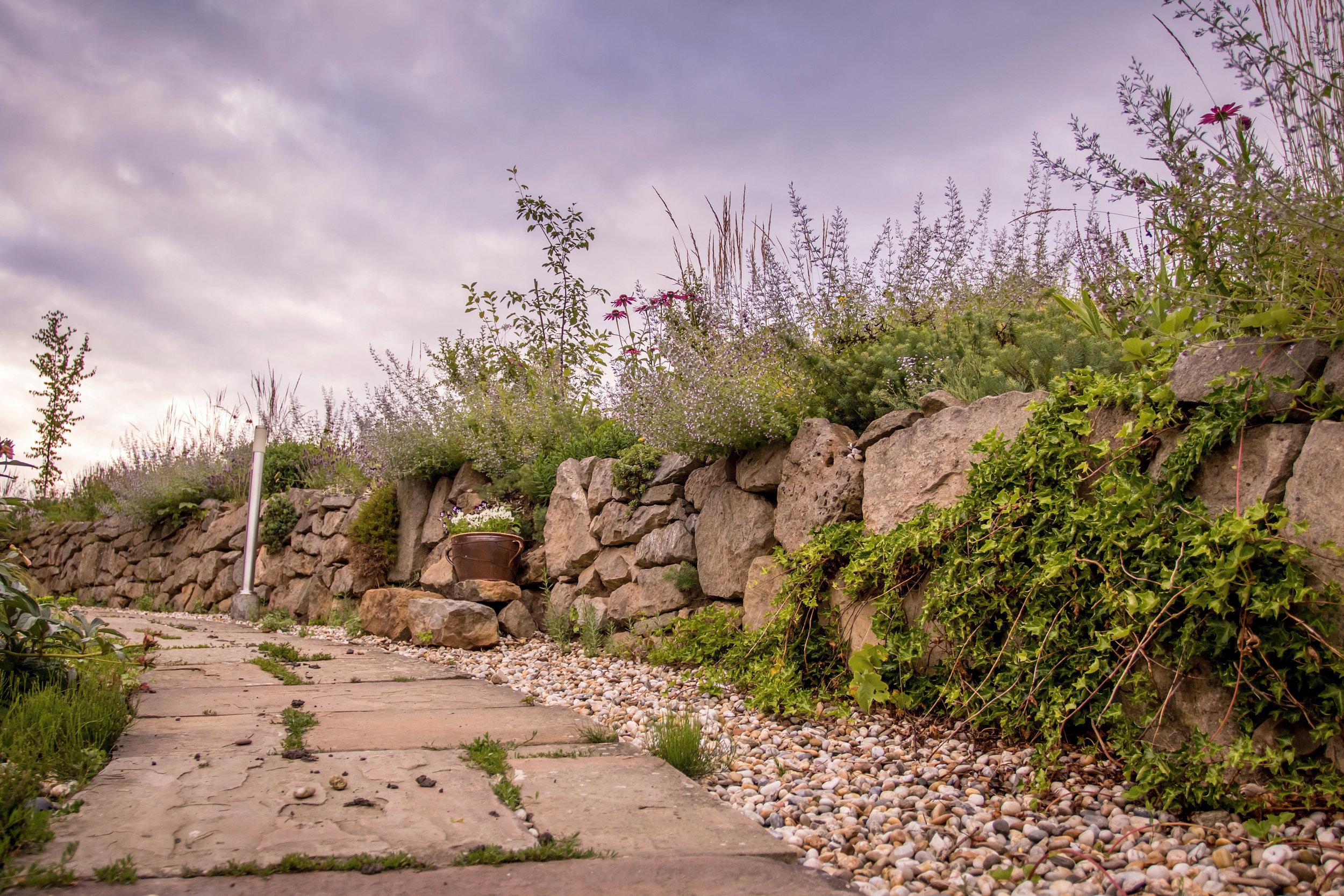 kamenná zídka s lemem trvalek
