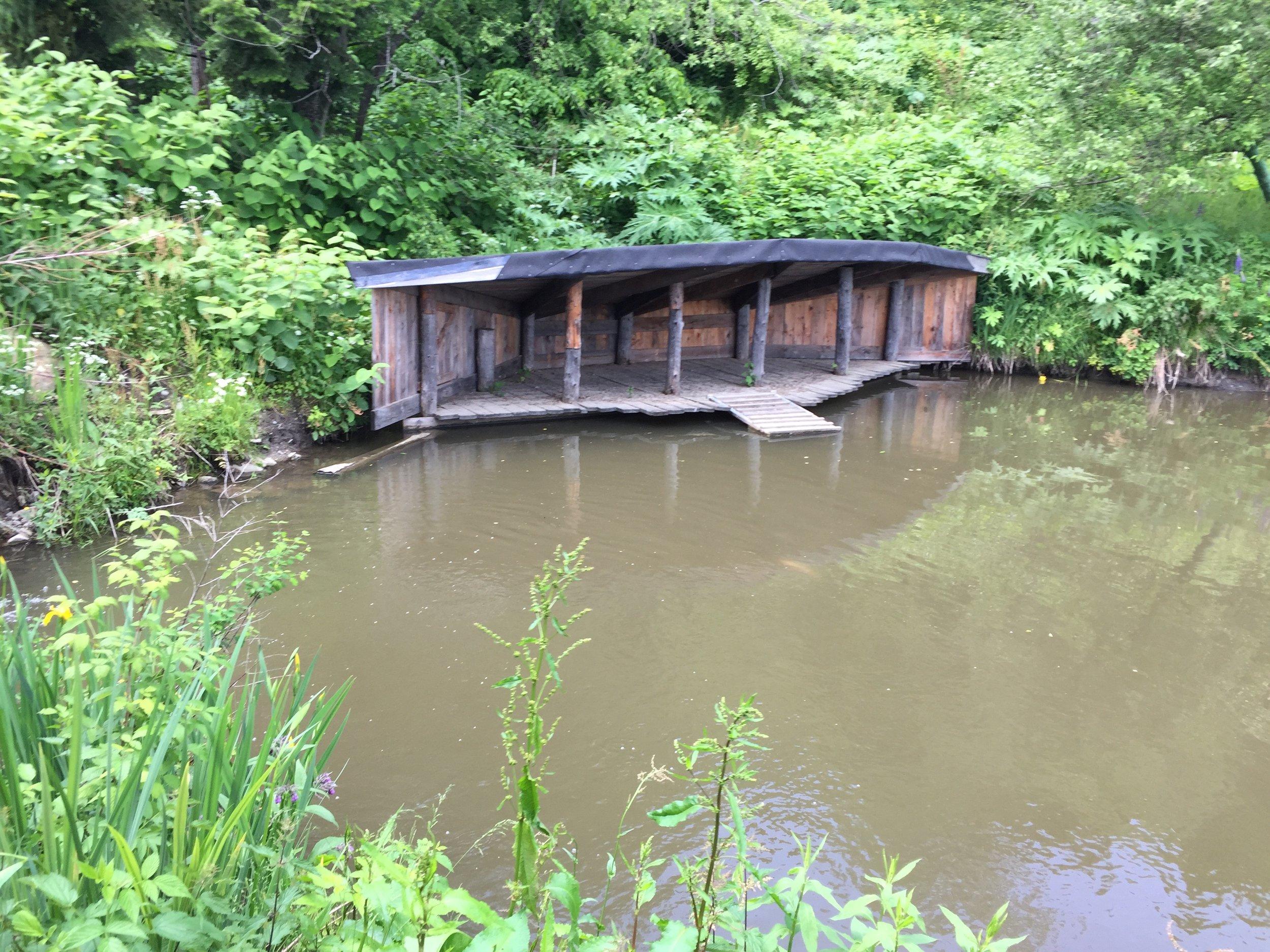 přístřešek pro kachny v chovném rybníku