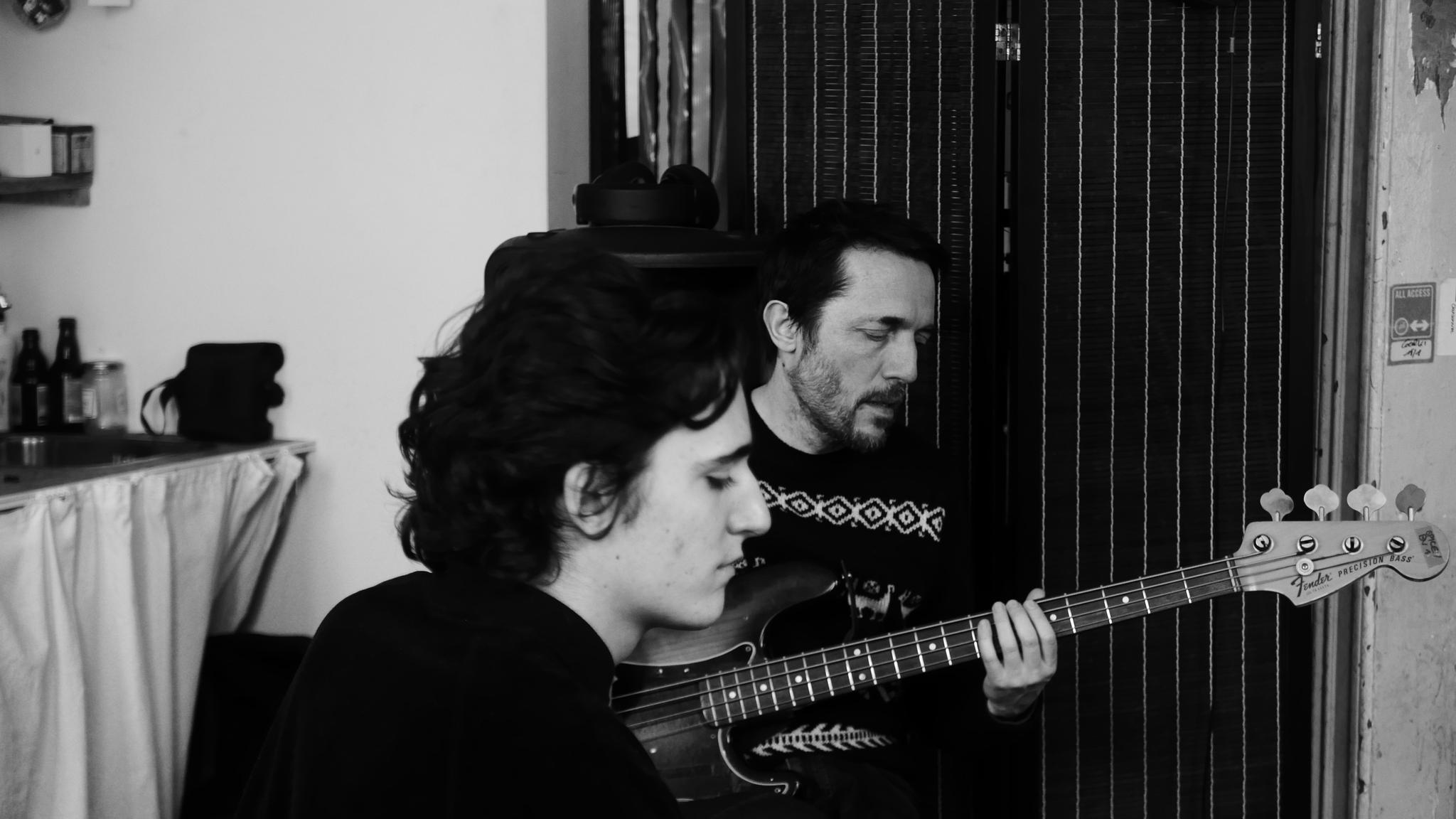 "Tamino et Colin Greenwood de Radiohead avec qui il a collaboré sur le morceau  ""Indigo Night"""