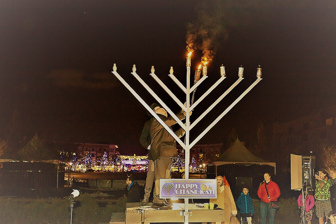 Cantor Kutner Lighting the Menorah