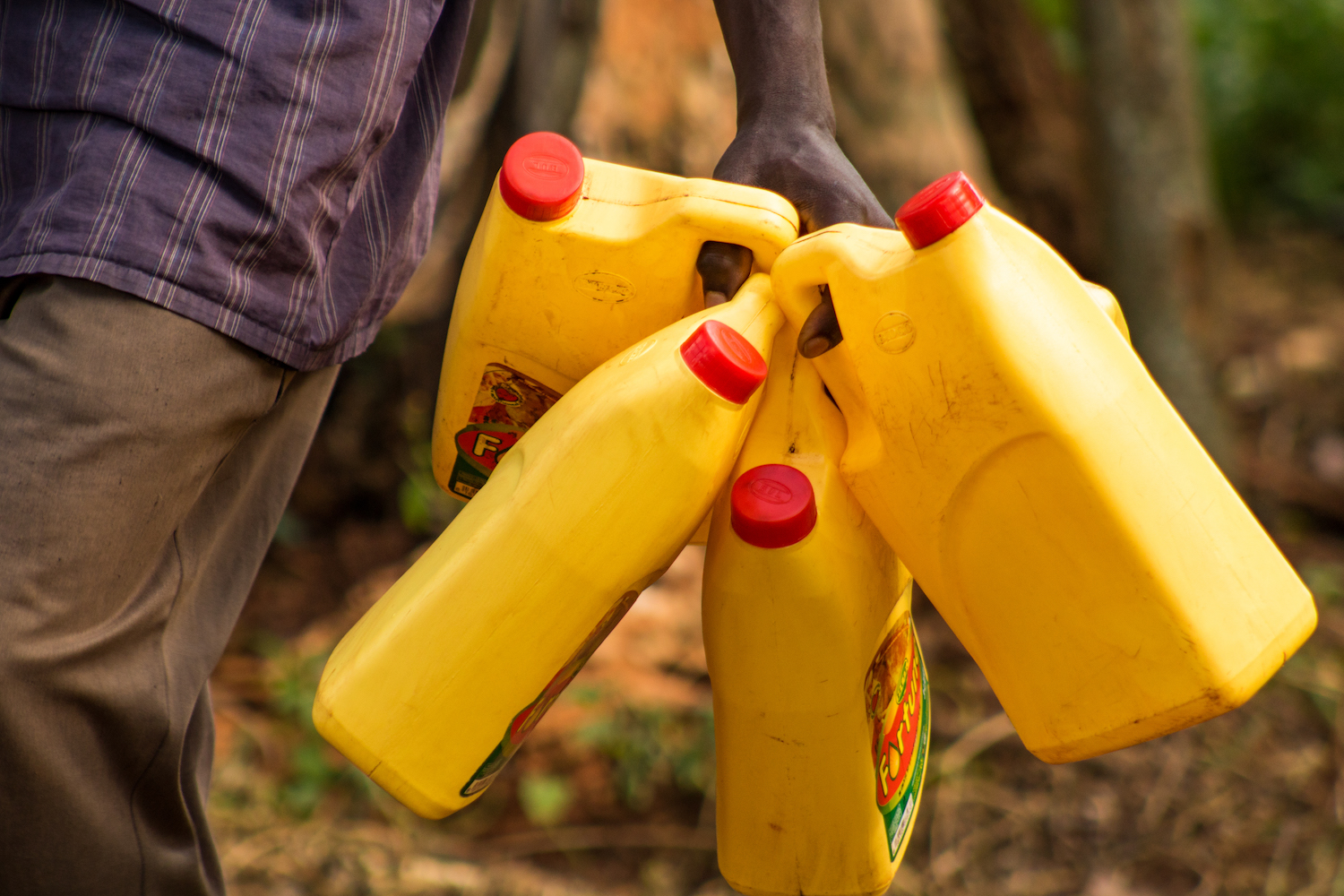 At the end of the triggering, everyone who attended receives a jerrycan and clothesline to build their first handwashing station. The WASH staff empowers people to be creative and build a long-lasting handwashing station that serves their whole family for a long time.