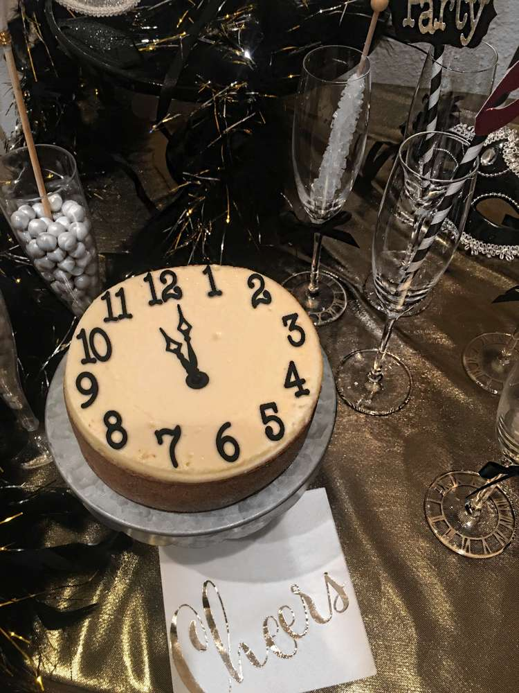 Pop,Fizz and Clink-Happy New Year-New Year eve party-New Year Toast Table-Champagne Toast-New Years Eve Party-Black white and Gold New Year eve party-New Year Drink Ideas-Clock Cheesecake-Cheesecake ideas-www.SugarPartiesLA.com