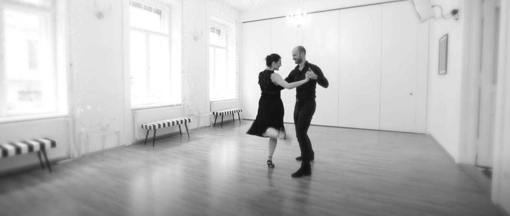 DUNA TV-n a Divat és dizájn műsorban Vágó Réka cipőtervezővel tangózunk. Az interjút és a táncot megnézheted  itt .