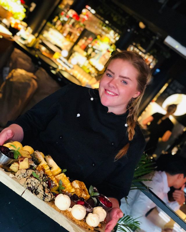 Birgitte fikser desserten vettø💁🏼♀️ #dessertfest #vigrilles