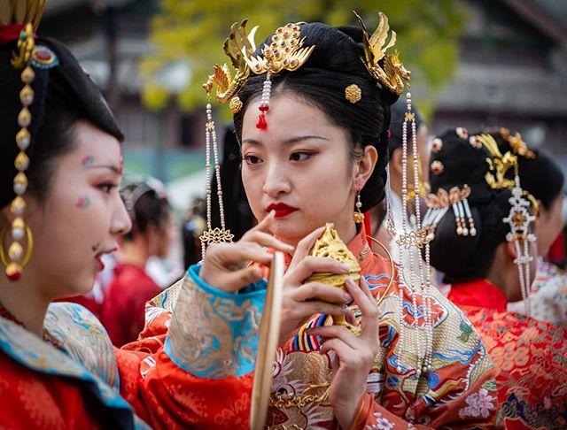 Dressing up in Gubei. . . . . . . . . . . . . .  #travelchina #traveltheworld #backpacking #wanderlust #theglobeisbeautiful #travelphoto #travelphotography #travelblogger  #canon #canon5diii #canonphotography #natgeo #nationalgeographic  #photooftheday #travelasia #chinatravel #instachina #instatraveling #instatravel #travelbeijing #gubei #gubeiwatertown #getoutstayout  #peopleofchina #traditionalchinese #chinesedrama #streetphotograph #streetphotomag