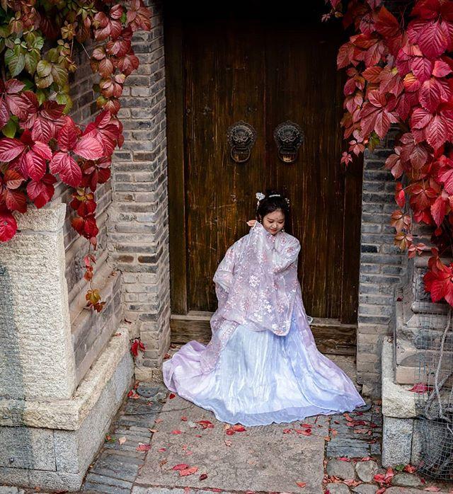 Gubei Girl. . . . . . . . . . . . . . . . . . #travelchina #traveltheworld #backpacking #wanderlust #theglobeisbeautiful #travelphoto #travelphotography #travelblogger  #canon #canon5diii #canonphotography #natgeo #nationalgeographic  #photooftheday #travelasia #chinatravel #instachina #instatraveling #instatravel #travelbeijing #gubei #gubeiwatertown #getoutstayout  #peopleofchina #traditionalchinese #chinesedrama #streetphotograph #streetphotomag