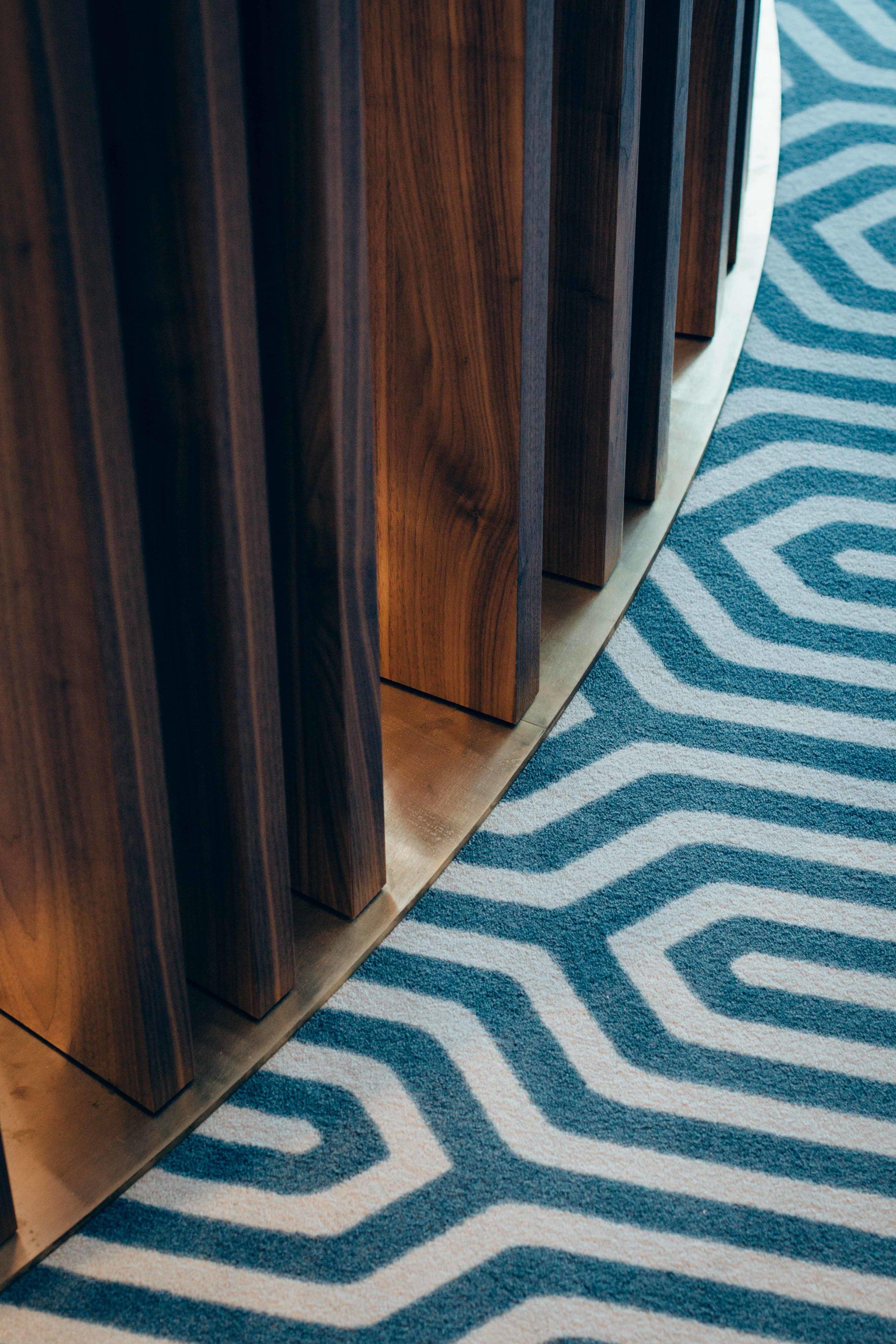 Supportive Housing 'Le Val de Lasne'  - Restaurant - Brushed brass detail and Ege carpet printed on dimension / Détail en laiton brossé et tapis Ege imprimé sur mesure