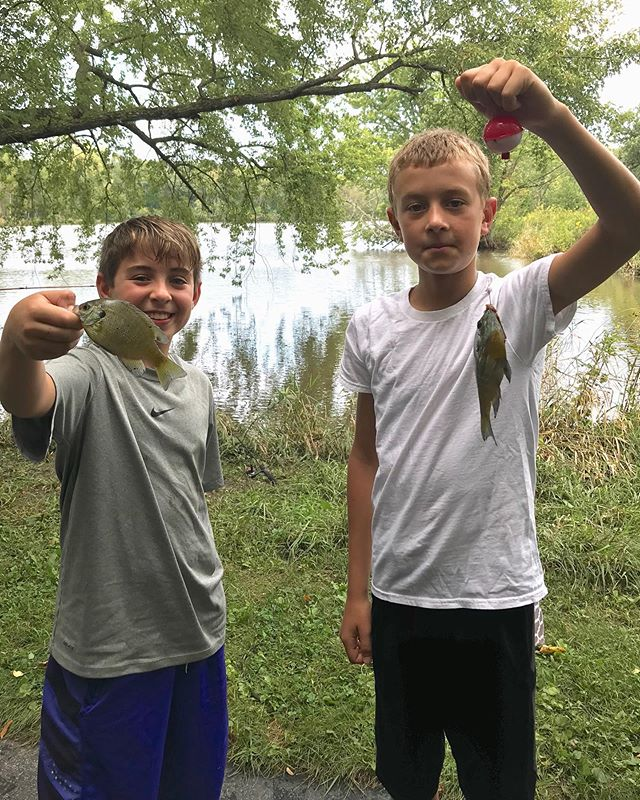 Best Sunday in awhile! A big win over McHenry always feels good no matter what 😬 (thanks for watching with me, @gwen.wormley!) and some fishing and Bears at Nikos with master anglers @cristinamurray1974, Ryan, Max, and Q. Thanks for the great afternoon everyone! . . . #documentyourdays #midwestlife #midwestmoment